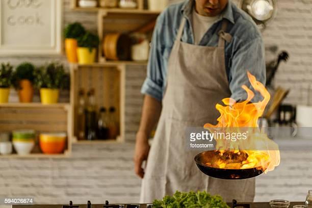 Homem Cozinhar com fogo na cozinha