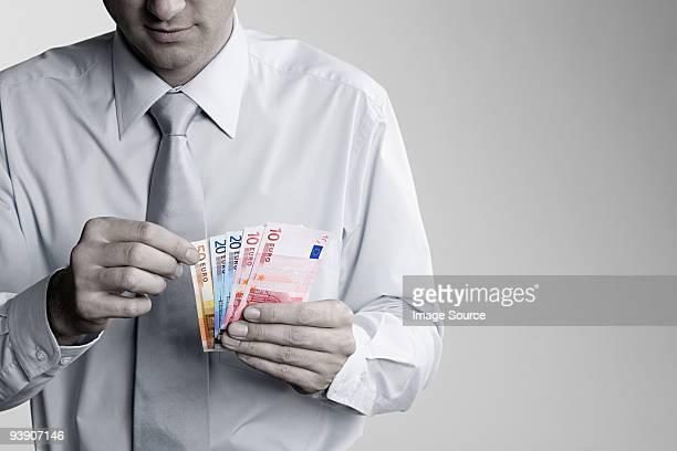 Mann zählen euro