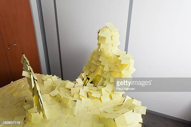 man covered by post it - excesso imagens e fotografias de stock