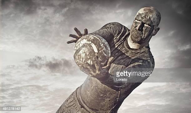 Mann mit einer Schlamm bedeckt auffälligen football