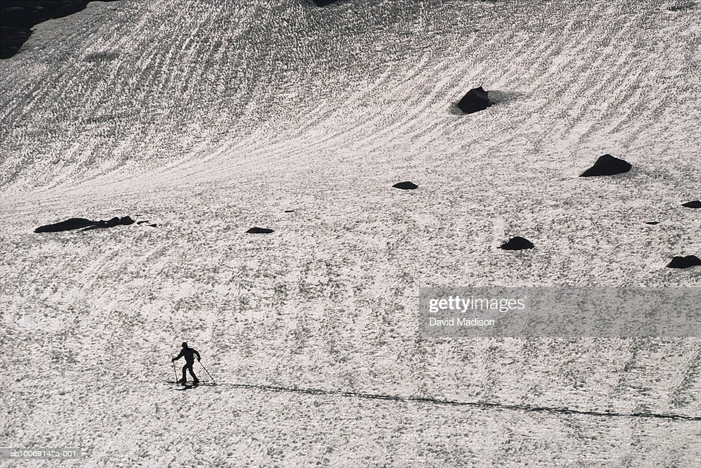 Man cross-country skiing in Sierra Nevada mountains : Stockfoto