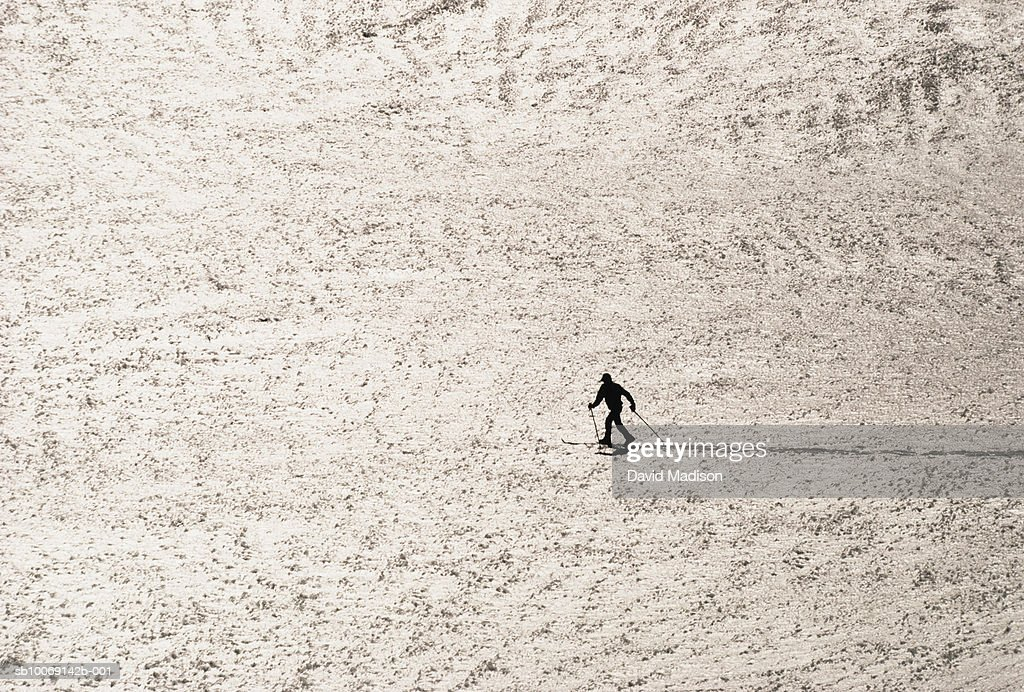 Man cross-country skiing in Sierra Nevada mountains : Stockfoto