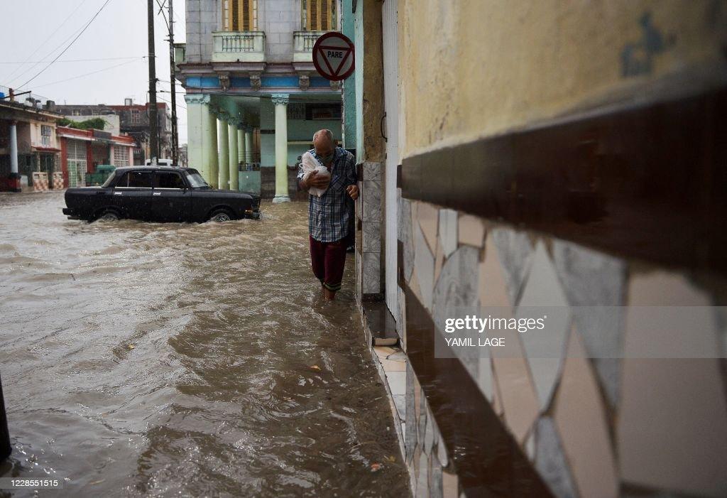 TOPSHOT-CUBA-WEATHER-FLOODS : Foto di attualità