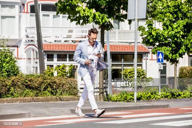 man crossing a street - gefahr stock-fotos und bilder