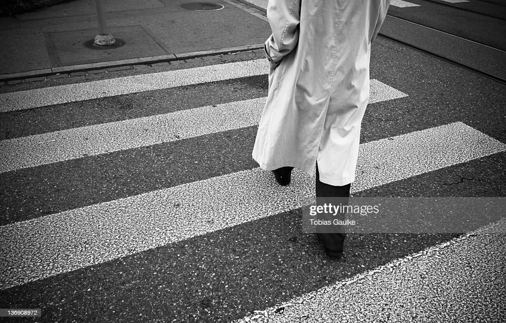 Man crossing street : Stock-Foto