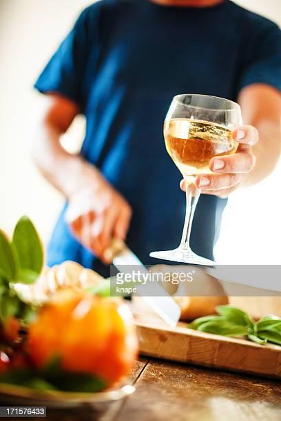 Homme coupe pain et de transmettre vin