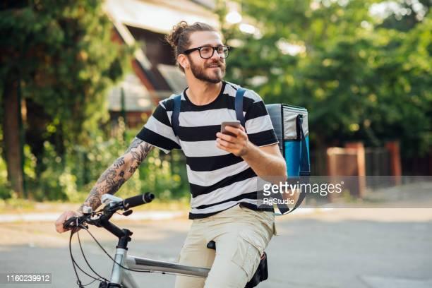 mann radfahren und sms - hipster stock-fotos und bilder