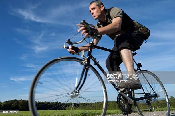 man cycling fast with road bike - stefanie grewel stock-fotos und bilder