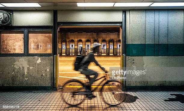 """Homme en vélo dans la nuit dans le centre-ville d """" Osaka les rues de la ville"""