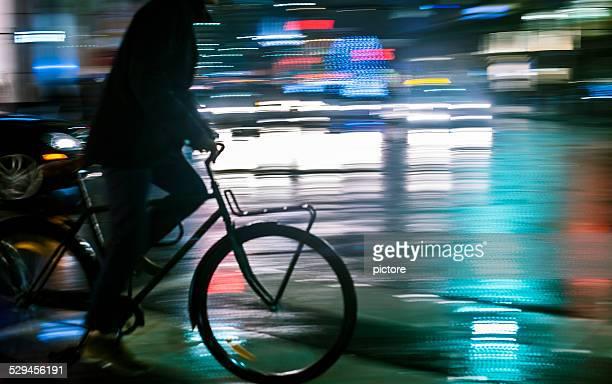 Homme en vélo dans la nuit