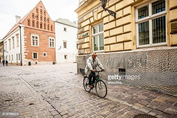 Hombre ciclismo de calle en Cracovia, Polonia