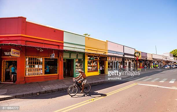 男 サイクリングのショッピングストリートラハイナ、マウイ島 - ラハイナ ストックフォトと画像