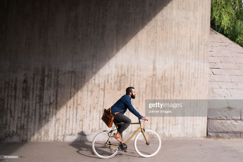 Man cycling on street : Stock-Foto