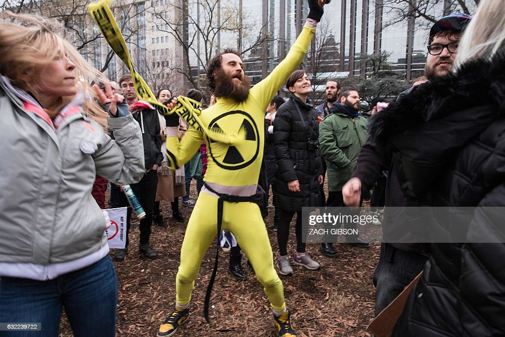 A man dances during a protest reacting to the inauguration of US President Donald Trump on January 20, 2017 in Washington, DC. / AFP / ZACH