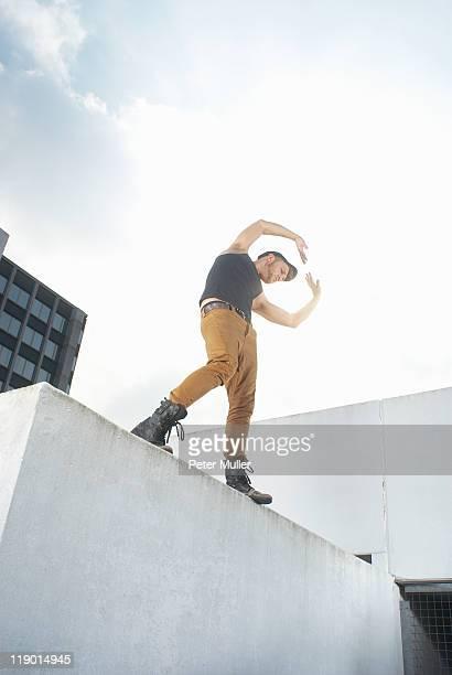 Mann Tanzen auf urban auf der Dachterrasse