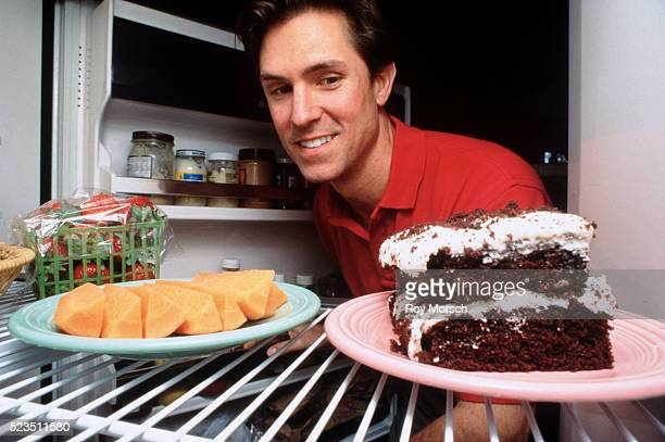 man deciding on snack - frigo humour photos et images de collection
