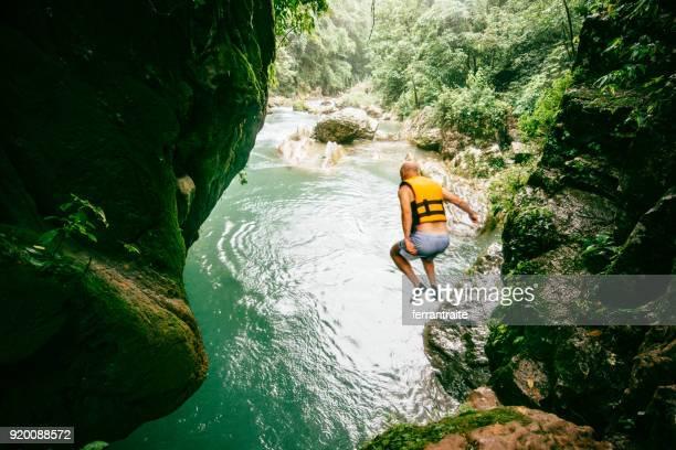 hombre buceando en el río en el puente de dios en san luis potosí - life jacket photos fotografías e imágenes de stock