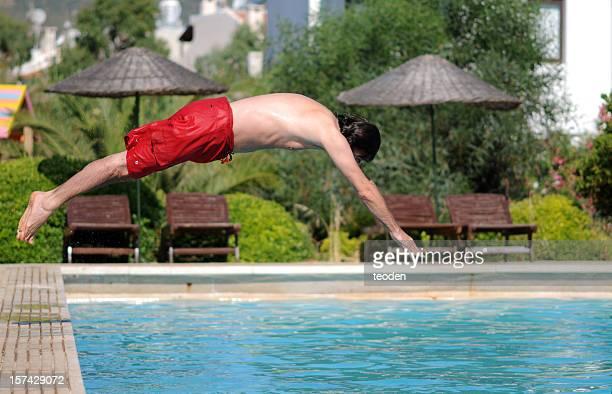 男性プールに飛び込む