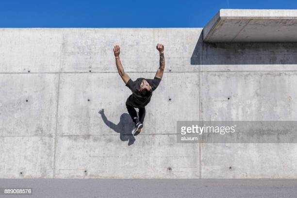mann tut einen back flip beim parkour training - le parkour stock-fotos und bilder