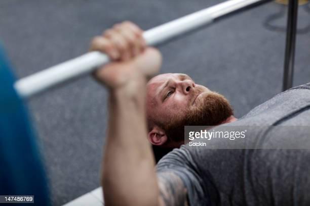 man doing benchpress in gym - deitado de costas - fotografias e filmes do acervo