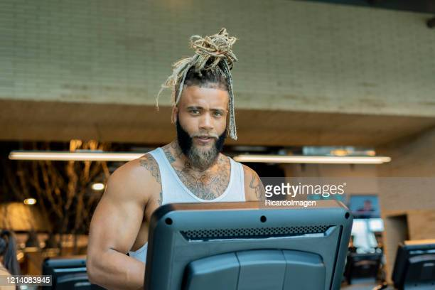 man doing cardiovascular exercise on a treadmill - musculoso stock pictures, royalty-free photos & images