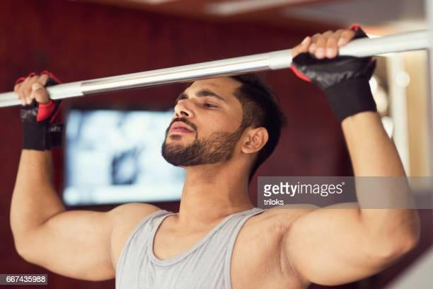 Homme, faire de l'exercice au gymnase