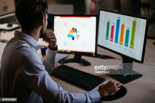 homem fazendo pesquisa de mercado - analisando - fotografias e filmes do acervo