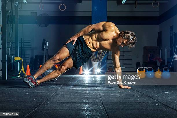 Man doing oblique workout with bodyweight
