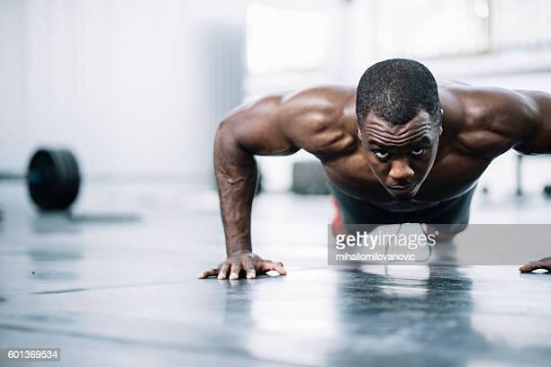 Hombre haciendo push ups