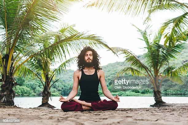 Hombre haciendo Yoga en selvas