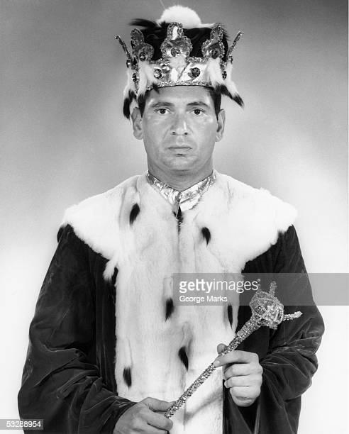 man dressed as king, holding scepter - rei pessoa real - fotografias e filmes do acervo