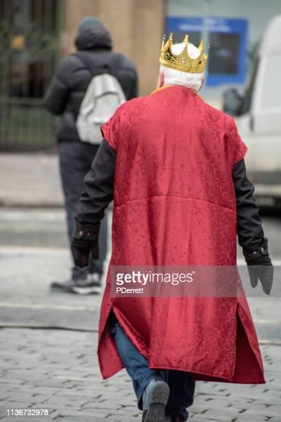 プラハのクリスマスマーケットでキング・ヴァーツラフに扮した男。