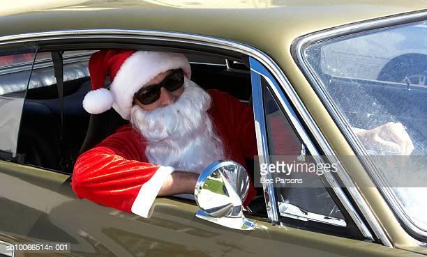 man dressed as santa claus sitting in car, close up - pere noel voiture photos et images de collection