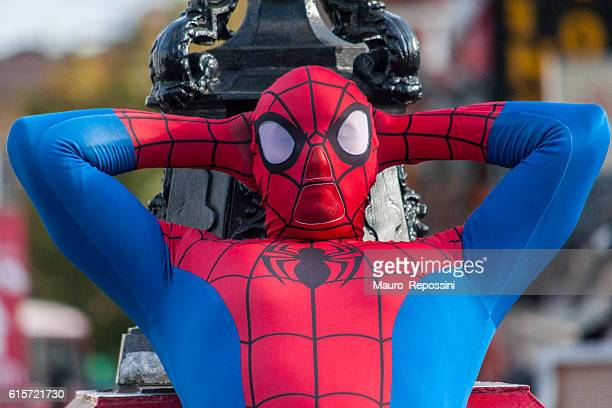 man dressed as spiderman resting at camden town, london, england. - uomo ragno foto e immagini stock