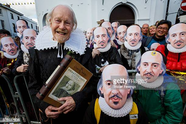 A man dressed as William Shakespeare takes part in the Shakespeare Birthday Celebration Parade on April 23 2016 in StratforduponAvon England This...