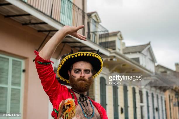 man klädd i matador kostym för mardi gras i franska kvarteret i new orleans - gras bildbanksfoton och bilder
