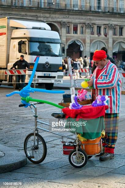man dressed up as a clown making baloons - emreturanphoto stock pictures, royalty-free photos & images
