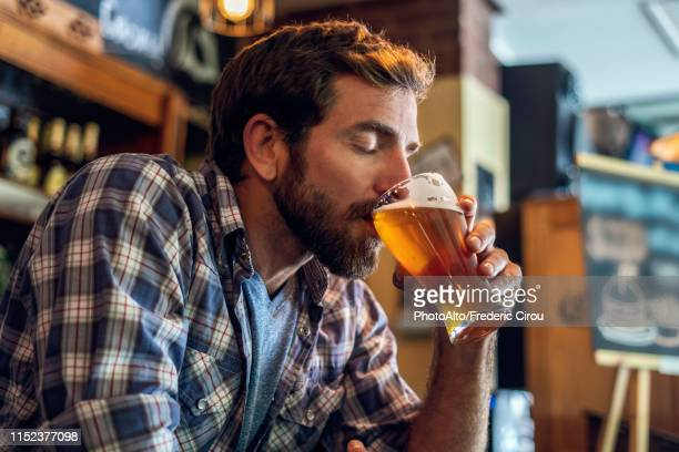 man drinking beer - bere foto e immagini stock