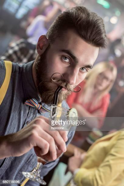 Hombre bebiendo cócteles en el bar de cócteles