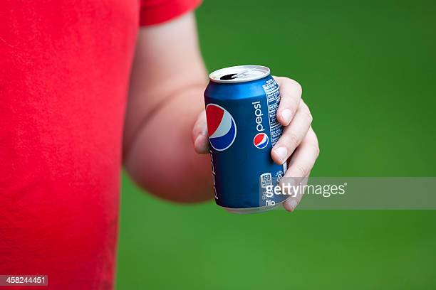 Homme de boire de Pepsi Cola
