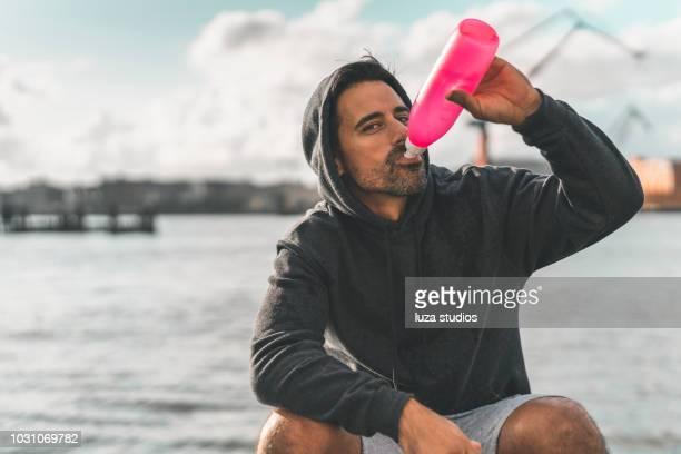 L'homme l'eau potable dans le port après l'exercice en plein air