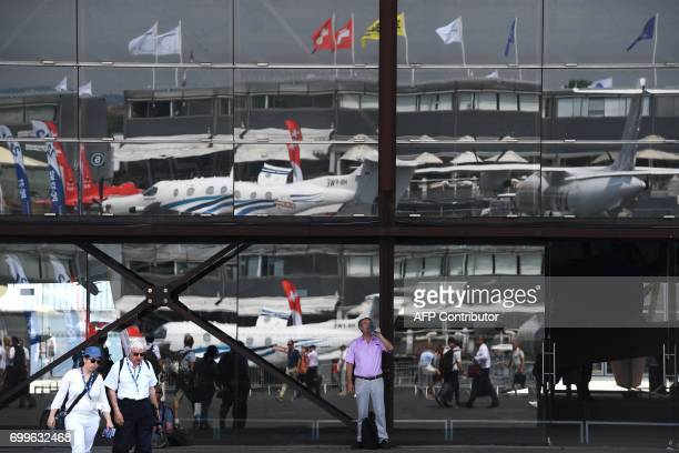 A man drinks water as he tours the International Paris Air Show in Le Bourget outside Paris on June 22 2017 / AFP PHOTO / CHRISTOPHE ARCHAMBAULT