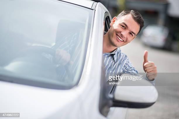 Mann Fahren ein Auto mit Daumen hoch