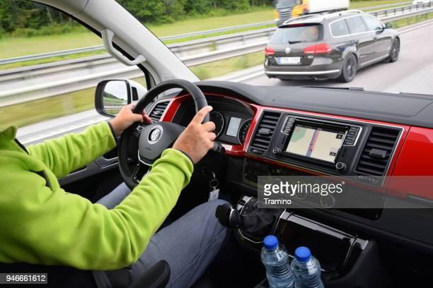 Man een minibus rijden op de snelweg