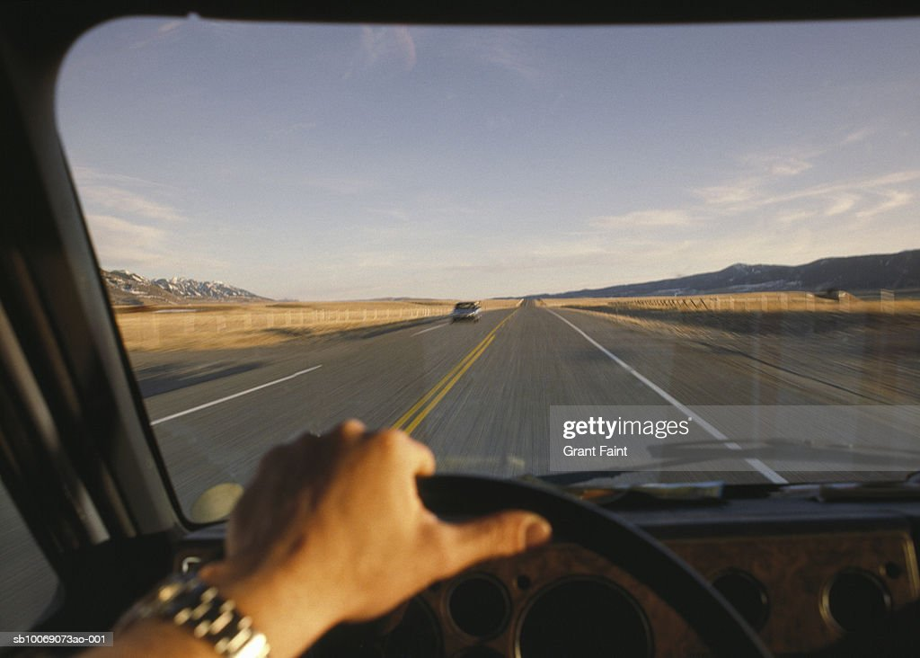 Man driving car on highway : Stockfoto