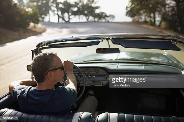 uomo guida auto convertibile - automobile da collezionista foto e immagini stock