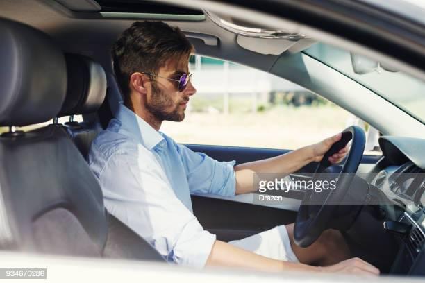táxi do homem condução crowdsourced - tráfego - fotografias e filmes do acervo