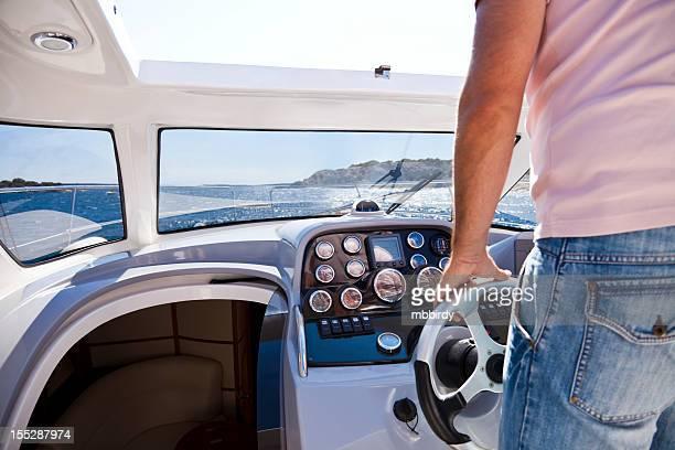 Mann mit dem Motorboot