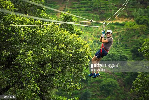 Hombre durante una excursión de tirolesa Guatemala