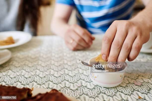 man eating russian blinis with jam - cliqueimages photos et images de collection